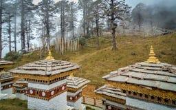 De 108 chortensna eller stupasna är en minnesmärke i heder av de bhutanesiska soldaterna Arkivbilder