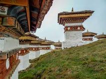 De 108 chortensna eller stupasna är en minnesmärke i heder av de bhutanesiska soldaterna Arkivfoto