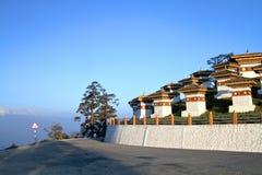 De 108 chortensstupasna på Dochula passerar på vägen från Thimphu till Punaka, Bhuta Arkivfoto