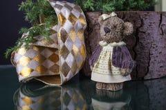 De Chrismasdecoratie met lint en beeldje van leuk weinig is royalty-vrije stock afbeeldingen