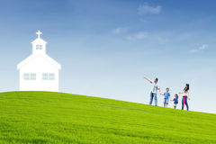 De christelijke familie gaat naar Kerk Stock Fotografie