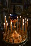 De christelijke kaarsen in de kathedraal zijn zeer mooie kaarslichten stock fotografie