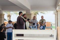 De christelijke priesters bidden in aanwezigheid van gelovigen op de toeristenplaats Qasr Gr Yahud in Israël royalty-vrije stock foto's
