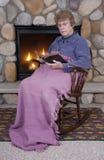 De christelijke Schommelstoel van de Open haard van de Bijbel van de Vrouw Royalty-vrije Stock Fotografie