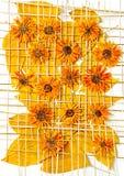 De chrysantenbloemen van esdoornbladeren onder de rooster van stroolie stock foto's