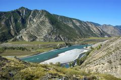 De Chuya-rivier in de Altai-bergen stock fotografie