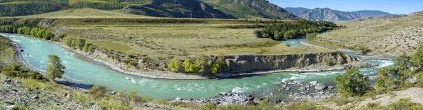 De Chuya-rivier in de Altai-bergen stock afbeeldingen