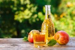 De cider van de appel op houten lijst stock afbeelding