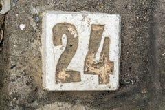De cijfers met beton op stoep 24 Stock Foto