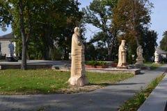 De cijfers van bomen worden gemaakt zijn in het park dat Stock Foto
