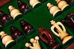 De cijfers van het schaak die in de doos worden geplaatst. Royalty-vrije Stock Afbeelding