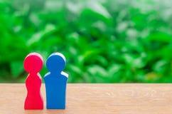 De cijfers van mannen en vrouwen bevinden zich op een groene achtergrond Plaats voor tekst Concept verhouding en liefdeverhaal Op stock fotografie