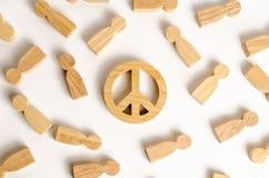 De cijfers van mensen omringen het symbool van de wereld Het concept openbare wens voor vrede en veiligheid, de resolutie royalty-vrije stock foto's