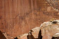 De cijfers van de rotskunst door oude Inheemse Amerikanen worden gecreeerd kunnen in verscheidene plaatsen in het Nationale Park  royalty-vrije stock foto's