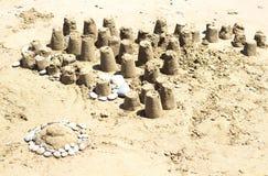 De cijfers van zand op de kust worden geconstrueerd die Stock Fotografie