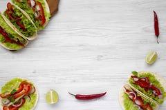 De cima das tortilhas de milho com avermelhado, pepino, cebola, salsa, imagens de stock royalty free