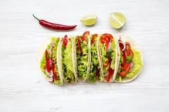 De cima das tortilhas de milho com avermelhado, pepino, cebola, salsa, fotografia de stock royalty free