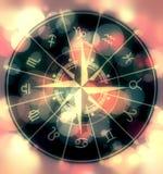 De cirkel van astrologiesymbolen op vage kleurrijke achtergrond Royalty-vrije Stock Foto's