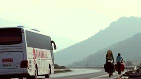 De cirkelende reizigers berijden langs de weg stock videobeelden
