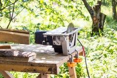 De cirkelzaag voor hout en boomboomstammen in zaagmolen sluit omhoog Verwerking van hout voor raad of andere bouwmaterialen royalty-vrije stock foto