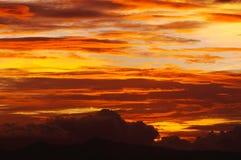 De cirrus betrekt oranjegele zonsondergang stock afbeelding