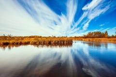 De cirruswolken worden weerspiegeld in rivier royalty-vrije stock foto's