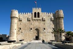 De Citadel van Qaitbey gelegen aan de oostelijke haven in Alexandrië in Egypte royalty-vrije stock foto
