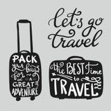 De citaten van de reisinspiratie op koffersilhouet Royalty-vrije Stock Foto