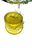 De citroen dompelt onder stock foto