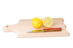 De citroen en het mes van Cutted op houten plank Stock Foto