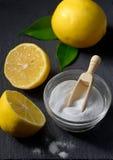 De citroen en het zuiveringszout voor gezicht schrobben Royalty-vrije Stock Foto