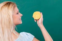 De citroencitrusvruchten van de meisjesholding Stock Foto