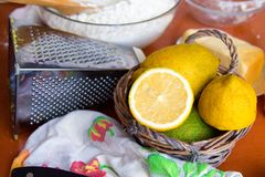 De citroenen in een rieten mand zijn op de lijst royalty-vrije stock foto