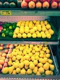 De citroenen in Kruidenierswinkel zijn Geel royalty-vrije stock foto