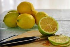 De citroenen van de besnoeiing met mes Royalty-vrije Stock Foto