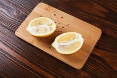 De citroenhelften op houten lijst stock fotografie