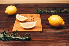 De citroenhelften op houten lijst stock afbeelding