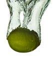 De Citrusvruchten van de kalk In Water royalty-vrije stock afbeeldingen