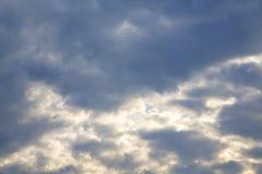in de ckoudy hemel van arsizioitalië en zonstraal Royalty-vrije Stock Foto's
