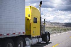 De classique camion jaune semi allant par la ligne approchante du trafic de la route photos libres de droits