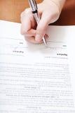 De cliënt ondertekent een contract door zilveren pen Royalty-vrije Stock Afbeelding