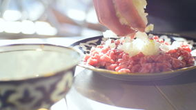 De close-up Cook Puts Rice Over sneed Vleeskubussen op Plaat op Lijst stock footage