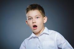 De close-up deed schrikken en schokte kleine jongens De menselijke uitdrukking van het emotiegezicht royalty-vrije stock fotografie