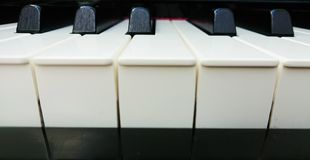 De close-up die van het pianotoetsenbord majoor en minderjarige tonen royalty-vrije stock afbeelding