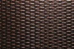 Is de close-up Donkere bruine achtergrond een element van rieten die meubilair van polymeervezels wordt gemaakt Synthetisch luxes royalty-vrije stock foto's