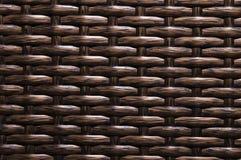 Is de close-up Donkere bruine achtergrond een element van rieten die meubilair van polymeervezels wordt gemaakt Synthetisch luxes stock foto
