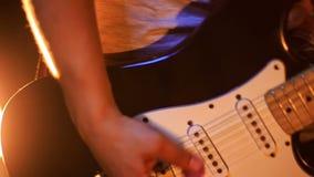 De close-up Guy Plays Guitar in Laag stelt in Nachtbar stock videobeelden
