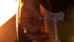 De close-up Guy Plays Guitar in Laag stelt in Nachtbar stock video