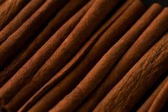 De close-up macropatroon van de pijpjes kaneel donker foto Royalty-vrije Stock Foto's
