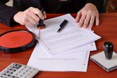 De close-up op de openbare handen die van de notaris het testament stempelen en duurt zal Royalty-vrije Stock Foto's